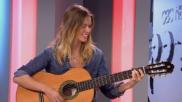 Manuela Vellés interpreta 'No me ves' durante la entrevista
