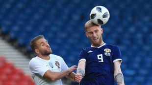Kevin Rodrigues pelea por un balón aéreo en el amistoso de Portugal...