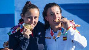 Kyla Touraine-Helias y José Manuel Solera muerden la medalla de oro...