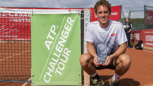 Roberto Carballés exhibe su trofeo