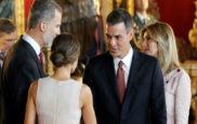 Pedro Sánchez y Begoña Gómez se saltan el protocolo en la...