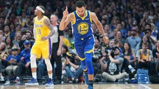 Stephen Curry celebra uno de sus triples anotados ante los Lakers