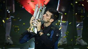 Djokovic besa el trofeo de Shangái