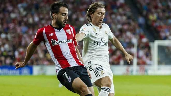 Beñat disputa un balón con Modric en el partido ante el Real Madrid.
