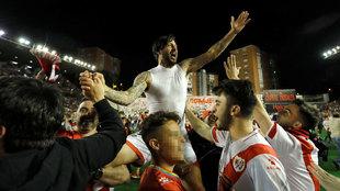 'Chori' Domínguez celebra el ascenso con el Rayo Vallecano