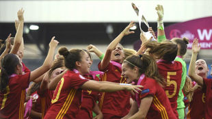 La selección española Sub'19 celebra la conquista del Europeo.