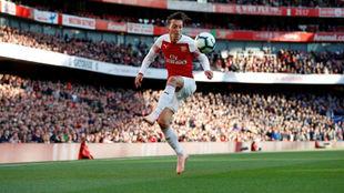 Özil controla el balón contra el Everton.