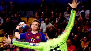 Andersson lanza ante el portero del Montpellier HB,Nikola Portner,...