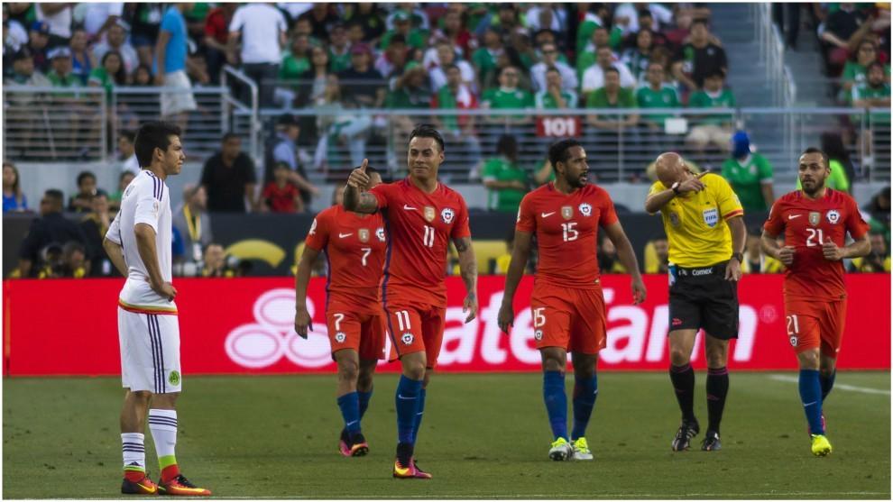 Los jugadores de Chile celebran uno de sus siete goles a México.