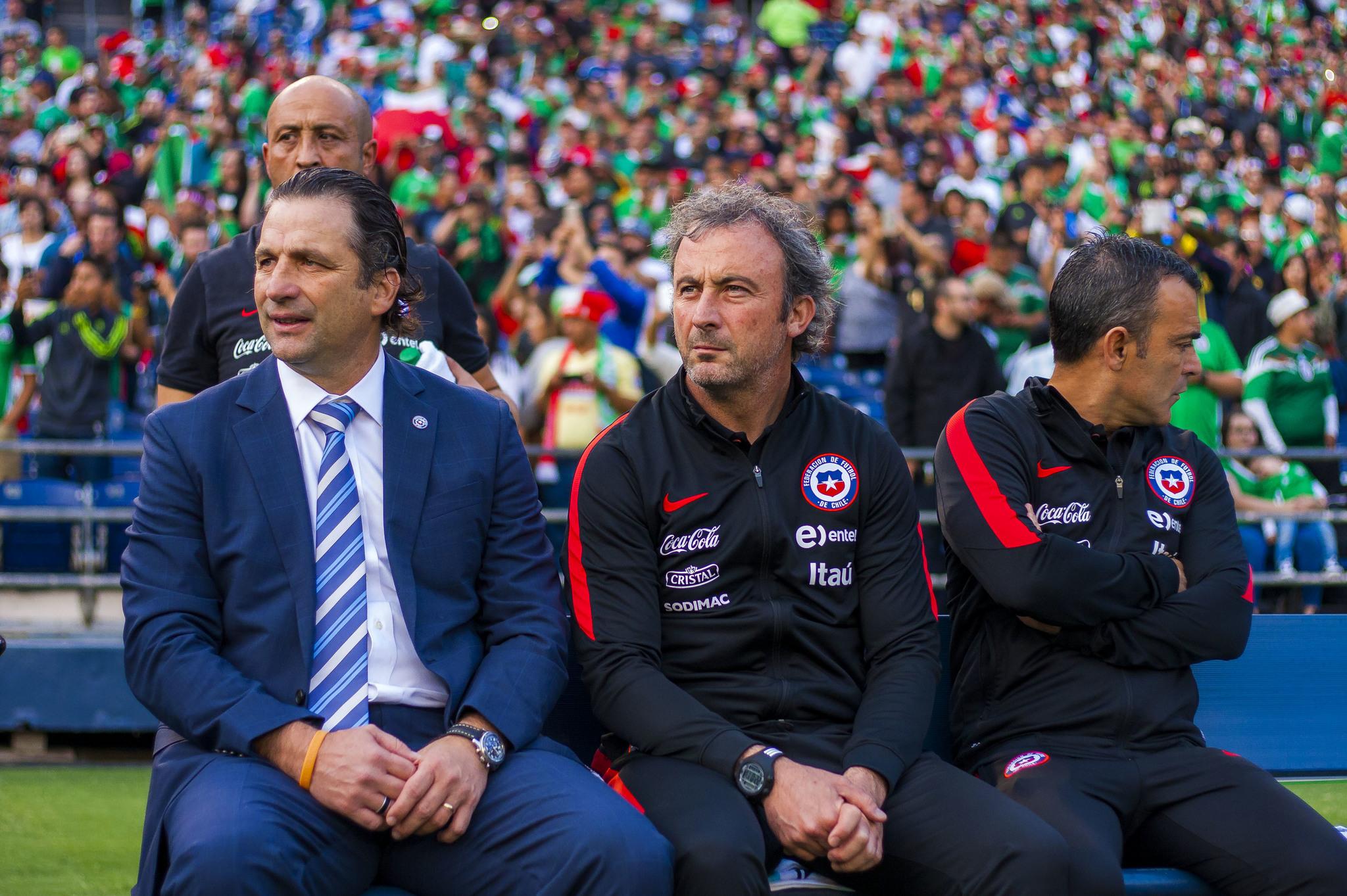 Suárez, junto a Pizzi en un partido de la selección chilena.