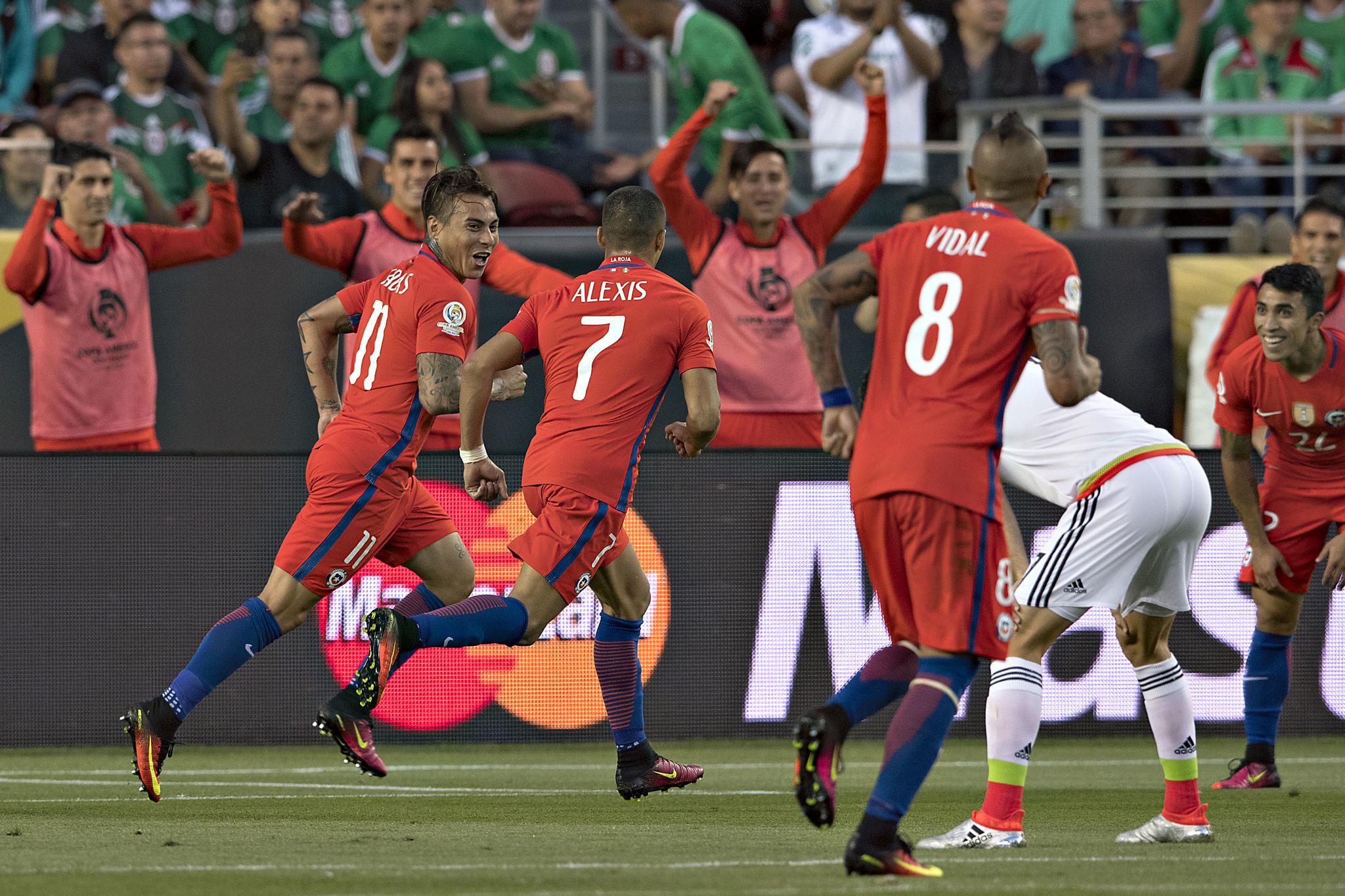 Vargas, en el festejo de uno de sus cuatro goles a México.