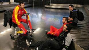 Varios palistas españoles, en el aeropuerto de Viena a la espera de...