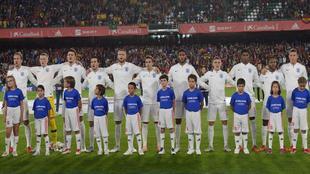 Los jugadores de la selección inglesa entonan su himno, pitado por...