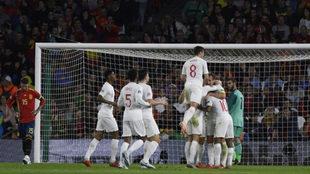 Los futbolistas de Inglaterra celebran uno de los goles en el Benito...