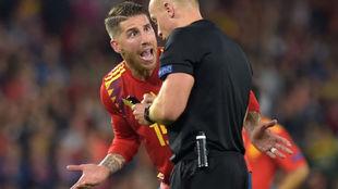 Sergio Ramos discutiendo con el colegiado durante el partido ante...