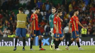 Los jugadores de la selección, decepcionados al final del partido.