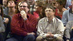 Paul Allen (izquierda) junto a Bill Gates en 2000 en un partido de los...