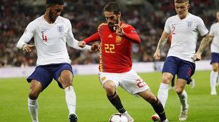 Isco conduce un balón en el partido de ida ante Inglaterra.