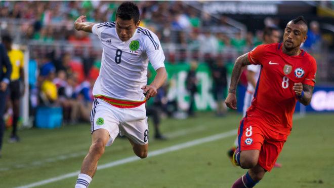 Lozano elude la marca de Arturo Vidal.