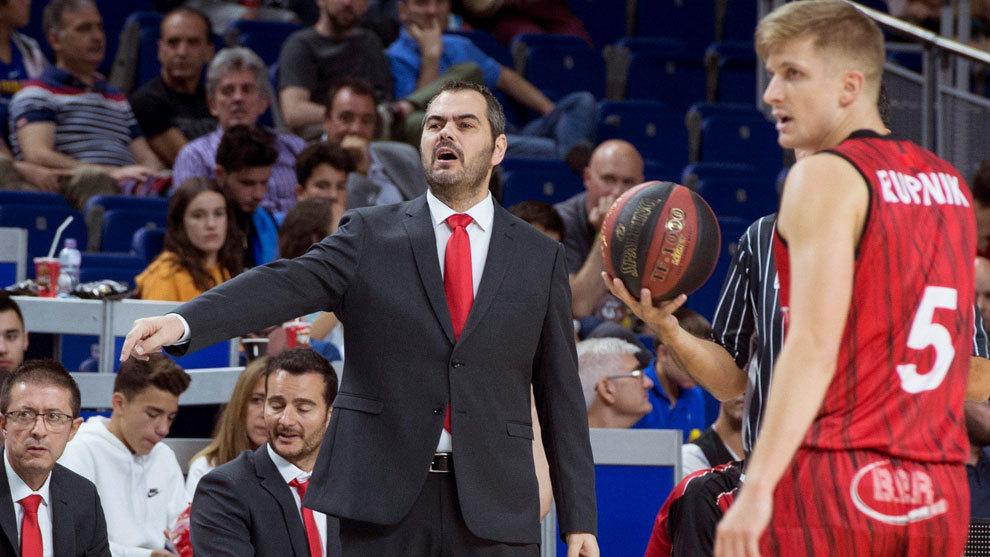 Agustí Julbe da instrucciones a sus jugadores