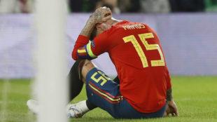 Sergio Ramos se lamenta durante el choque ante Inglaterra