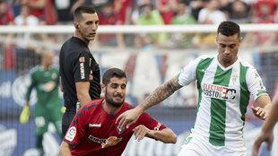 Jaime Romero protegiendo el balón frente a su ex equipo, el Osasuna.