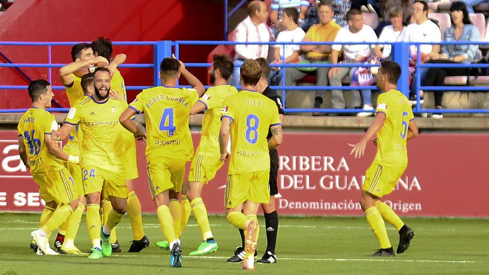 Los jugadores del Cádiz celebran el gol ante el Extremadura.