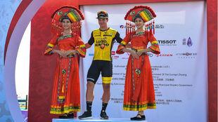 Dylan Groenewegen, en el podio con dos azafatas de la carrera china.