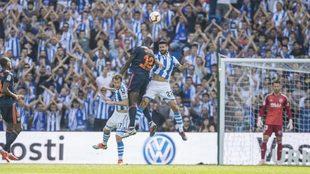 Raúl Navas pelea por un balón aéreo en el partido contra el...