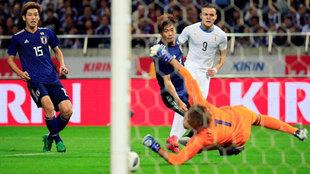 Jonathan Rodriguez (9) dispara a puerta para marcar el tercer gol de...