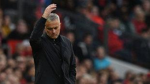 Mourinho se lamenta durante un partido de la Premier.