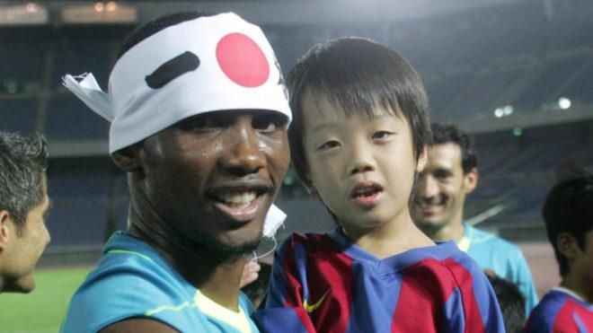 Samuel Eto'o posa con un aficionado durante una gira por Japón en...