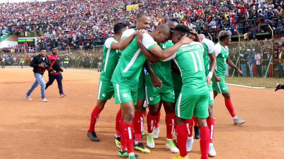 Los jugadores de Madagascar se abrazan tras el triunfo