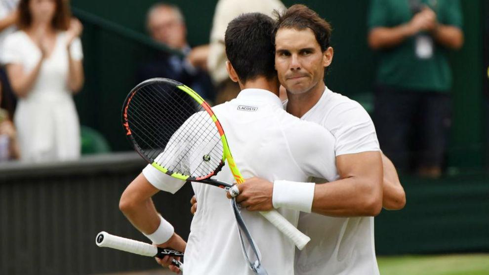Djokovic y Nadal se abrazan en la final de Wimbledon