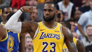 LeBron saca músculo ante los Warriors