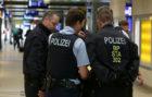 La policía alemana conversa en la estación de Colonia durante la...
