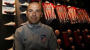 José Luis Sánchez Vera posa para MARCA en la tienda del club.