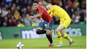 Rodrigo y Pickford,en la jugada en la que España reclamó pena...