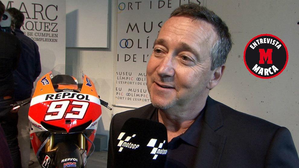 Freddie Spencer, con la moto de Márquez a su lado.