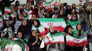 Mujeres iraníes en el Azadi Stadium viendo el Irán-Bolivia.