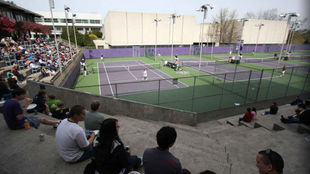 Bill Quillian Tennis Stadium en Alaska, la casa de los Huskies.