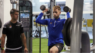 Januzaj realiza levantamiento de pesas en el gimnasio.