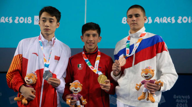 Randal Willars posa con su medalla de oro