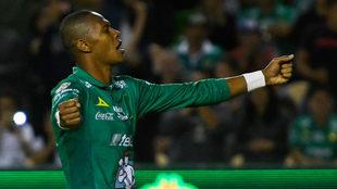 William Tesillo celebra el triunfo de León en un partido de la Liga...