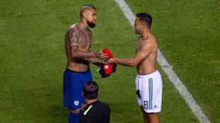 Vidal intercambia camiseta con Fabián