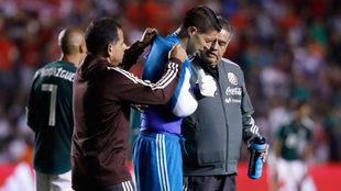 Hugo González sale lesionado del partido ante Chile