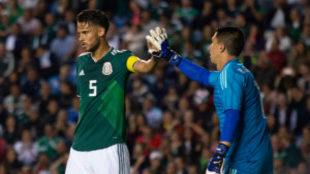 Diego Reyes felicita a Hugo González.