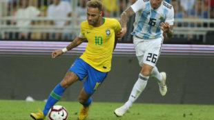 Neymar trata de avanzar ante la oposición Argentina.