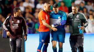 Castillo consuela a González al final del partido.