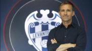 Tito posa ante un escudo del Levante en las oficinas del club.